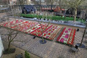 Het Tulpentapijt op het Artisplein staat in volle bloei. Foto Artis, Ronald van Weeren